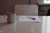 Kartka i długopis na stole